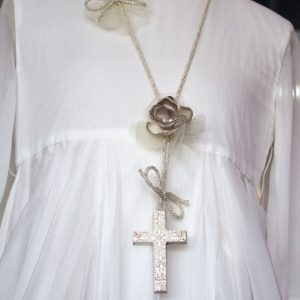 Cruz de comunión 031 blanca con la cadena con brillo y flor