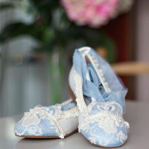 Zapatos 088 azules y blancos con lazo azul de Mercedes de Alba para comunión