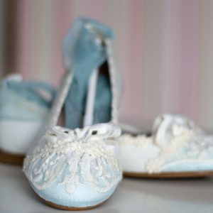 Zapatos 090 verde agua y blancos con lazo verde agua de Mercedes de Alba para comunión