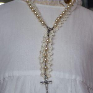 Cruz de comunión 032 de metal con la cadena de perlas beige